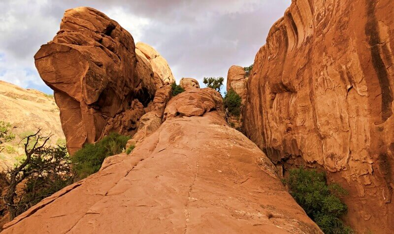 Climbing-the-first-fin-towards-Double-O-Arch-on-Devils-Garden-TRail-Arches-National-Park